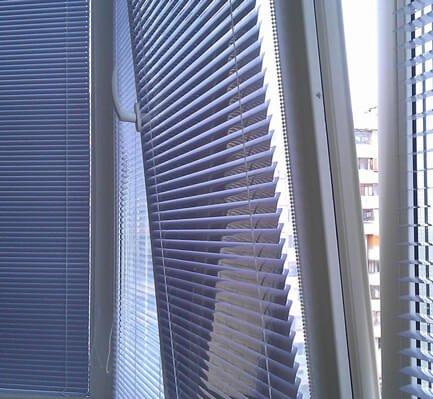 жалюзи фото на окне