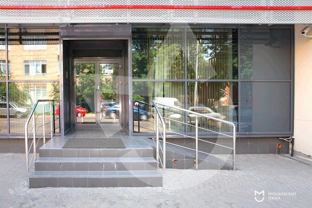 входная дверь в административное здание